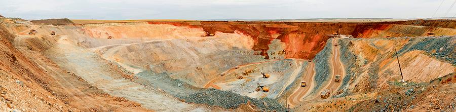 Текущая глубина карьера – около 150 метров от поверхности. Ресурсный потенциал месторождения оценивается в 150 тонн золота, что будет достаточно для бесперебойной работы горно-обогатительного комбината в течение  20 лет.