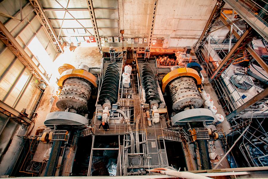Добыча в шахте происходит методом подэтажных штреков. С помощью точно направленного взрыва руда дробится на куски, после чего загружается в вагонетки и доставляется на поверхность через скиповой ствол. На сегодняшний день глубина шахт достигает порядка 850 метров, однако, по утверждению горных инженеров, это не предел – разрабатываются проекты прохода вглубь недр земли на расстояние до одного километра.