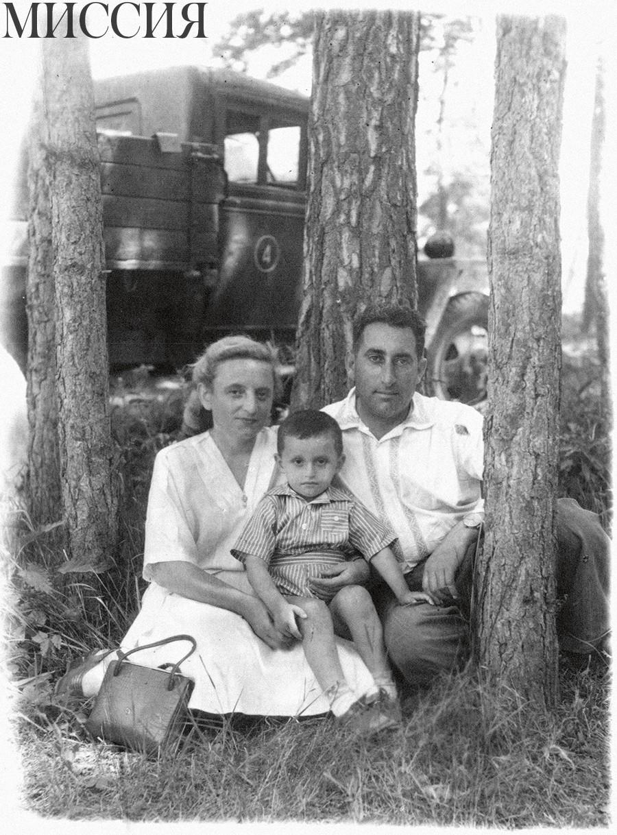 Евгений Вайнштейн с мамой Марией Михайловной  и папой Ефремом Владимировичем, 1949 г.