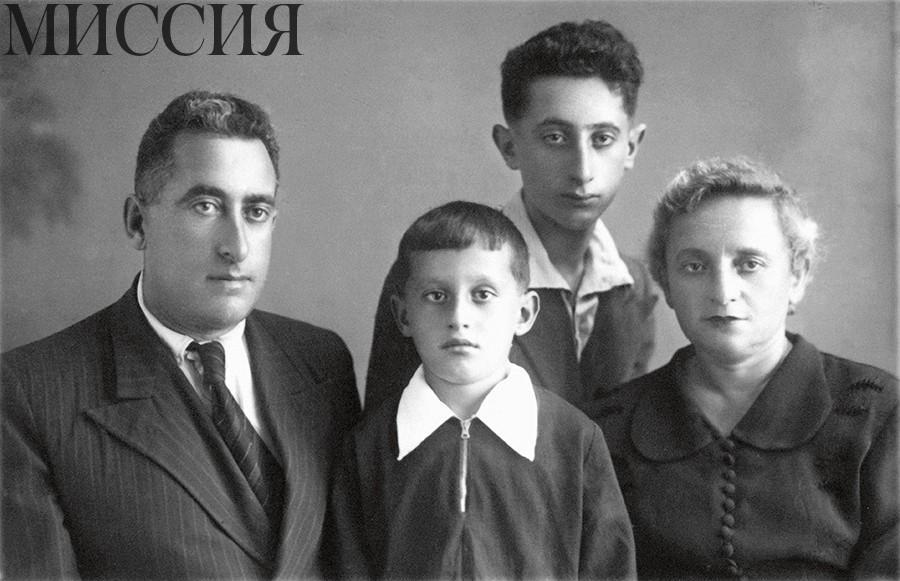 Евгений Вайнштейн с папой Ефремом Владимировичем, мамой Марией Михайловной и братом Олегом, 1953 г.